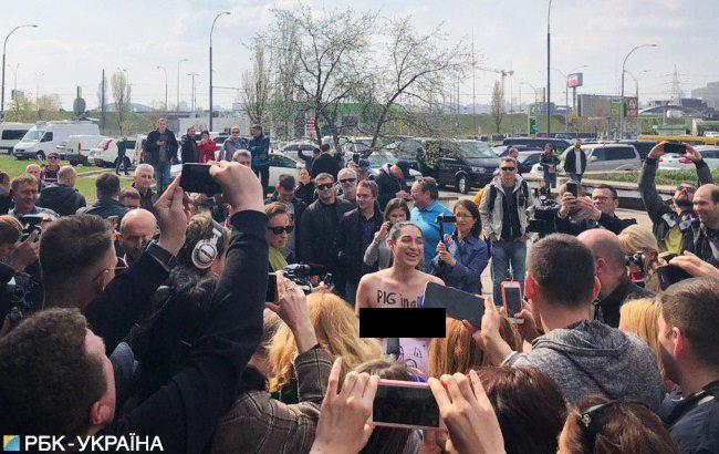 Активістка Фемен роздяглася перед дільницею, де голосував Зеленський