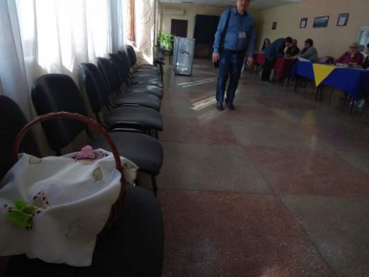 На дільницю з великодніми кошиками і вербою: як голосують на Рахівщині