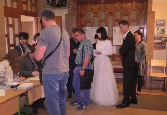 У весільній сукні і костюмі: молодята після весілля прийшли голосувати