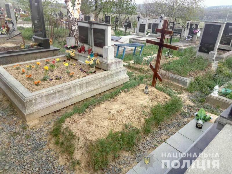 У Мукачеві 60-річна жінка вже вдруге здійснила наругу над могилою