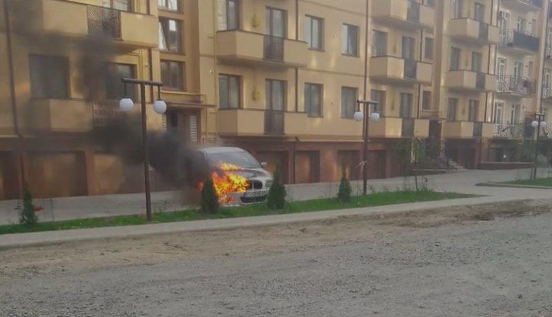 В Ужгороді поблизу багатоквартирного будинку горіла BMW