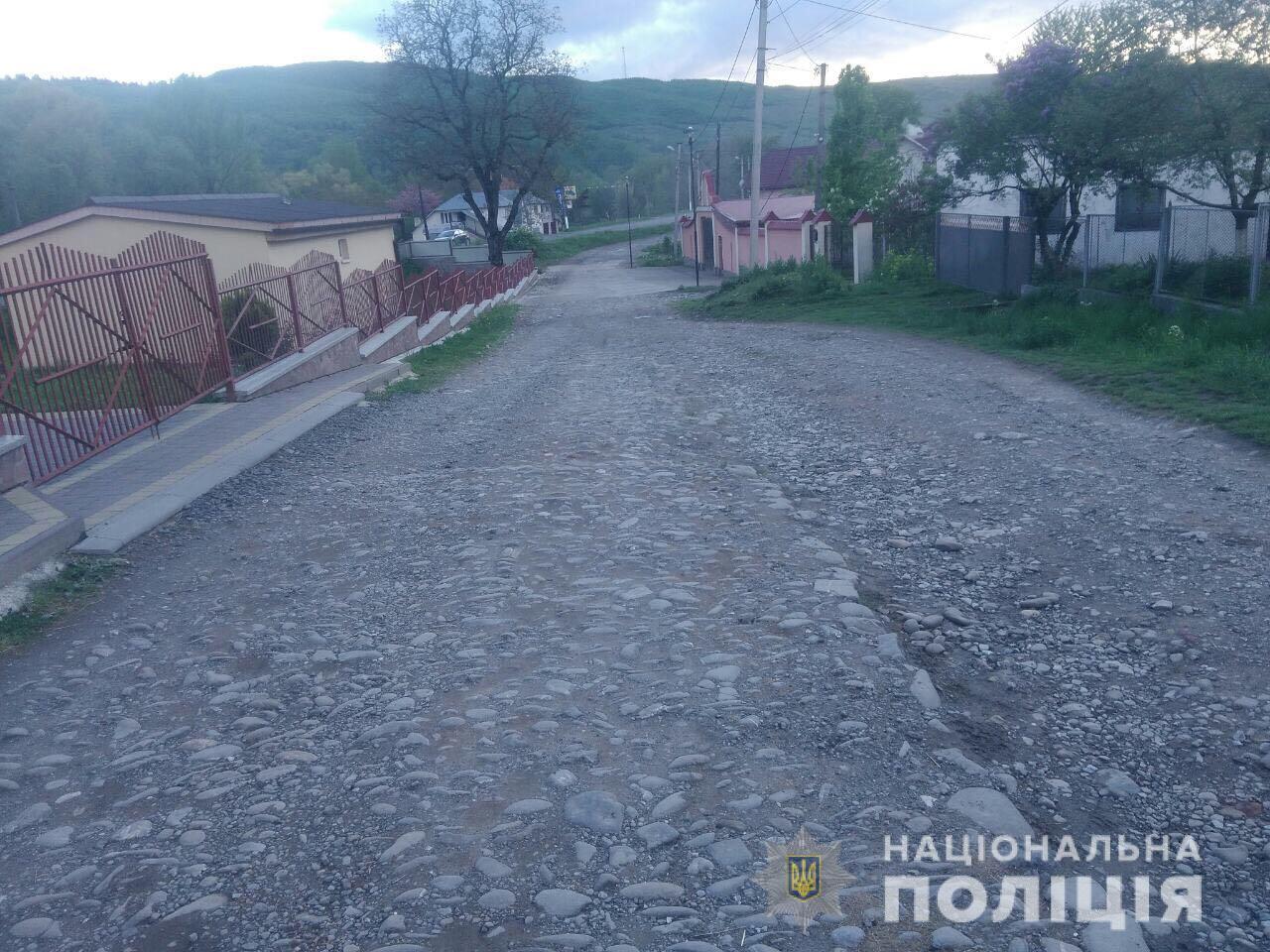 Посеред вулиці у селищі Великий Бичків ледь не зарізали чоловіка