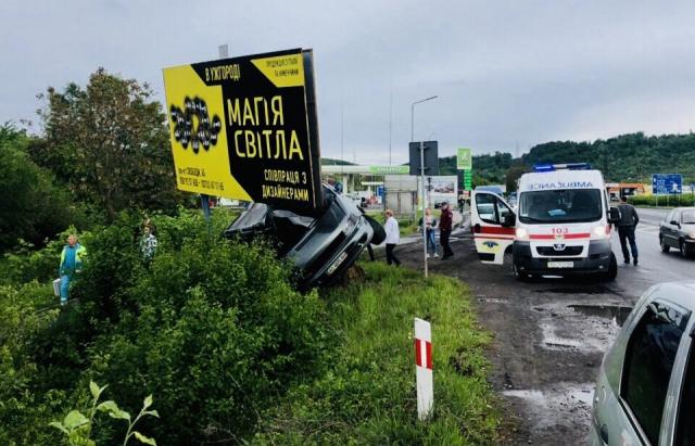 """Жахлива ДТП біля Мукачева: """"Mercedes"""" врізався в рекламний щит"""