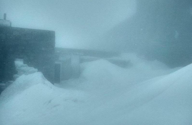 Гору Піп Іван продовжує замітати снігом. Людей просять утриматися від виходів на високогір'я