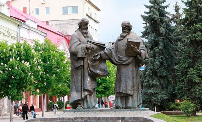У ніч із 8 на 9 травня в центрі Мукачева вкрали квіти, які висадили на клумбах