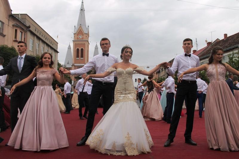 Парад випускників у Мукачеві відбудеться 27 червня: вальс танцюватимуть 32 пари