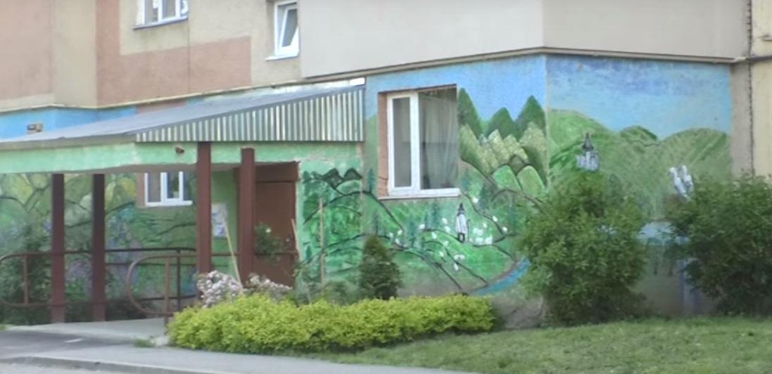 Ужгородка Маріанна Солтук намалювала на фасаді п'ятиповерхівки мурал