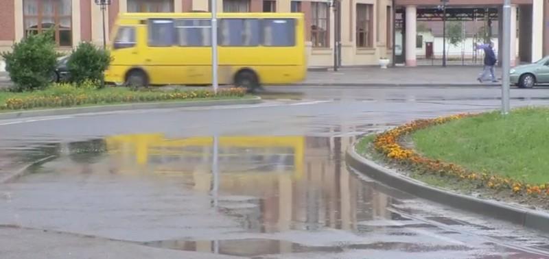 В Ужгороді під час дощу постійно заливає нещодавно відремонтовану площу Георгія Кірпи