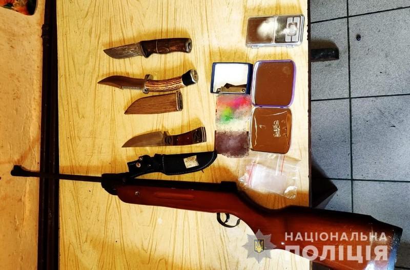 Зброя, наркотики та гроші: поліція затримала наркоторговців у Виноградові