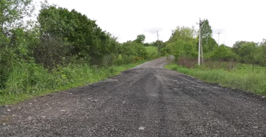 У селі Гандеровиця люди самі почали ремонтувати дорогу