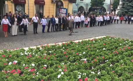 У центрі Мукачева люди у вишиванках утворили коло єднання