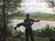 Рибалка похвалився великою щукою, яку впіймав у річці Тиса