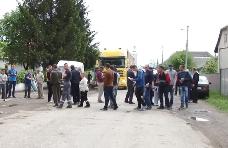 Обурені жителі сіл Керецьки та Березники перекрили дорогу у Свалявському районі