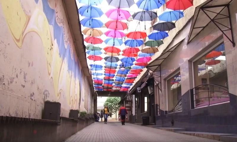 Алея парасольок повернулася до Ужгорода: 120 парасольок прикрасили ужгородський пасаж
