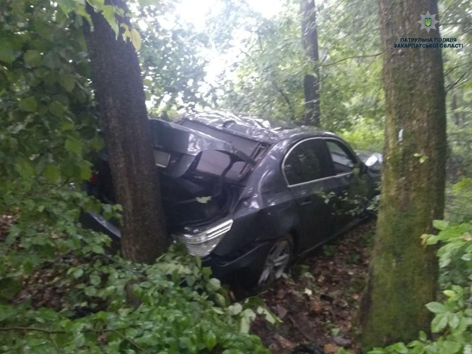 Водій BMW не впорався з керуванням та виїхав на зустрічну смугу
