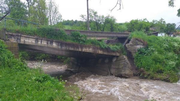 Паводкова хвиля обвалила міст через Латорицю. Люди позбавлені автомобільного сполучення