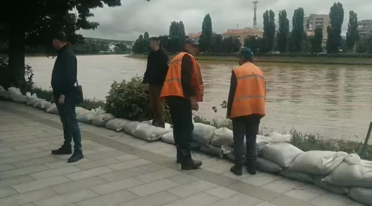 Вздовж набережної біля моста Масарика в Ужгороді виклали мішки з піском