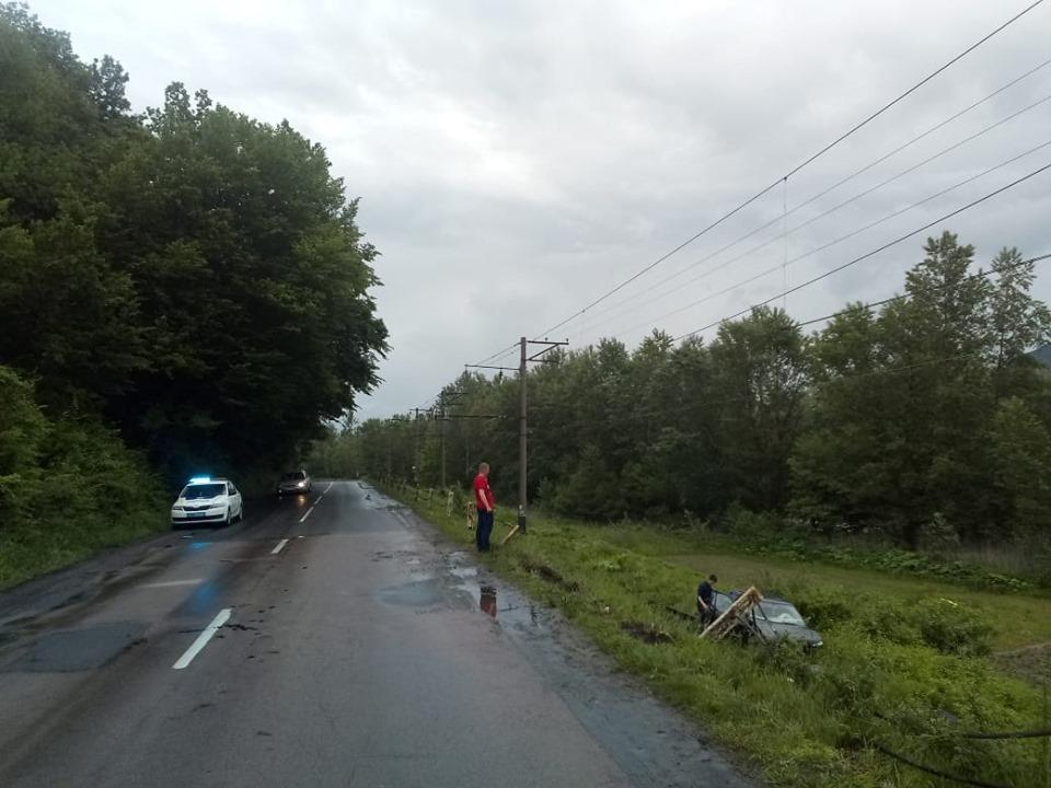 На вулиці Суворова у Перечині сталась ДТП: автівка перелетіла через залізничну колію