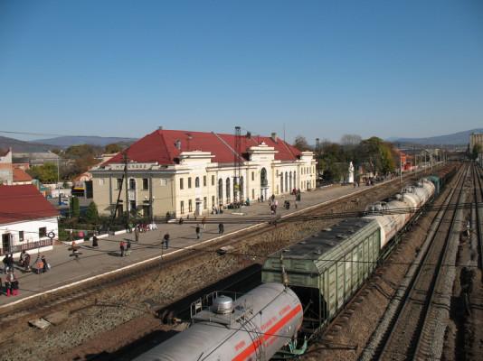 Трагічний випадок у Мукачеві: молода людина впала під потяг