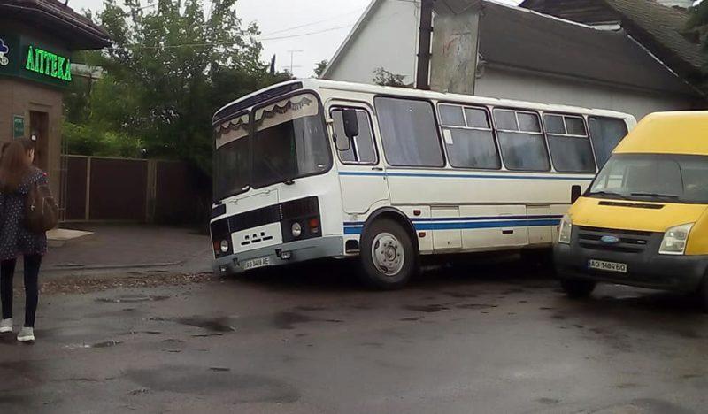 У Виноградові автобус провалився у землю