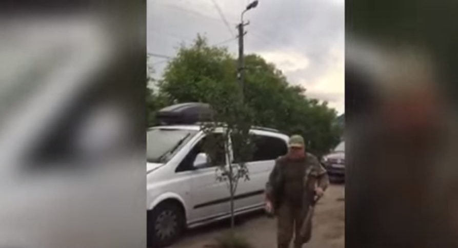У селі Грушово люди посеред дороги посадили дерево
