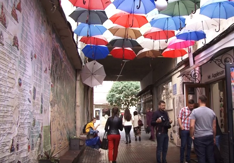 В Ужгороді невідомі пошкодили алею парасольок у пасажі