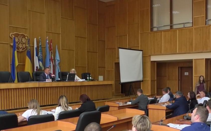 Сесія Ужгородської міськради розпочалася зі сварки через земельні питання