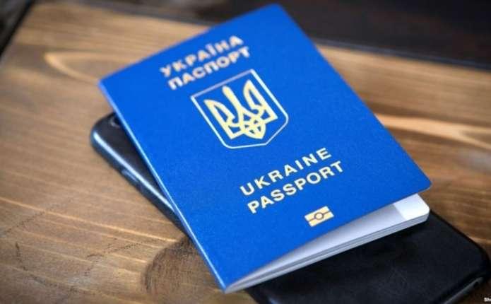 Закарпатці поспішають оформляти закордонні паспорти до періоду відпусток