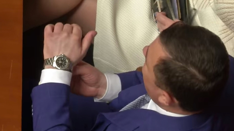 Чиновник із Закарпаття Валерій Пацкан намагався сховати від журналістів дорогий годинник у Верховній Раді