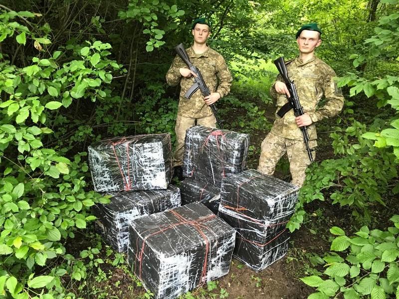 Контрабандисти покинули пакунки з цигарками, тікаючи від прикордонників на Закарпатті