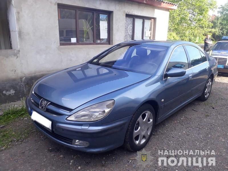 У Мукачеві поліцейські виявили автомобіль з сумнівними документами