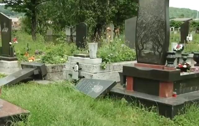 Вандали пошкодили близько 40 надгробків на кладовищі у селі Грушово Тячівського району