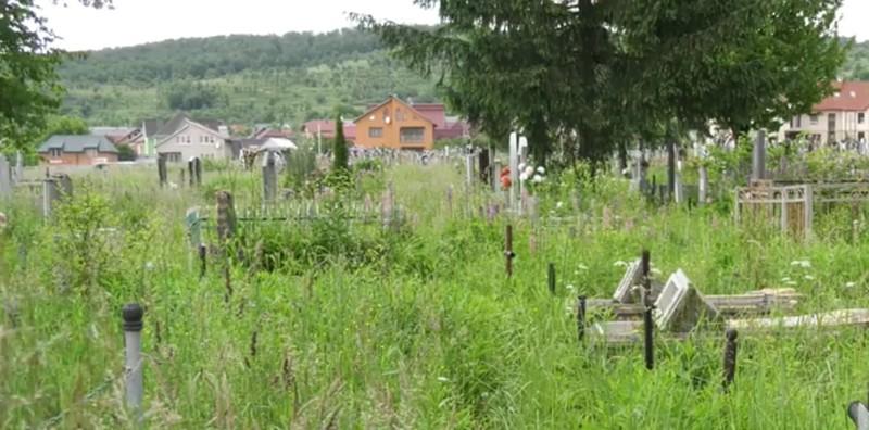 Вандалізм на кладовищі у селі Грушово: поліція розшукала чоловіка, який, ймовірно, понищив пам'ятники