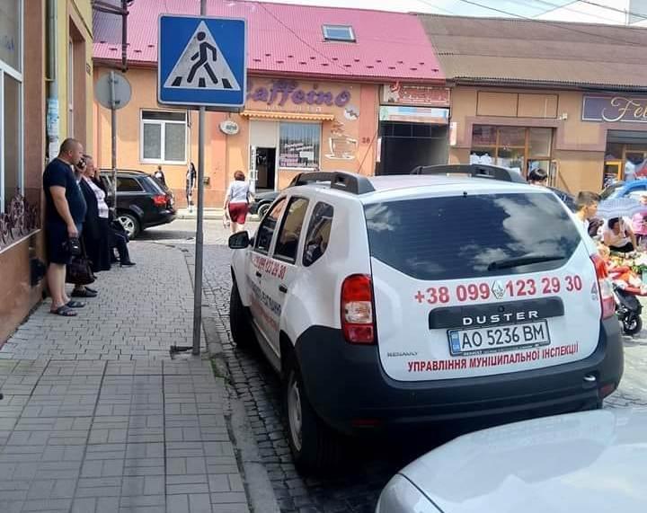 Інспектори муніципальної інспекції Мукачева оштрафували колегу за порушення правил паркування