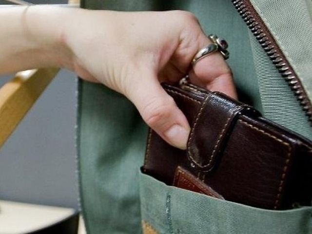 15-річна дівчина вкрала у чоловіка гаманець в селищі Дубове Тячівського району