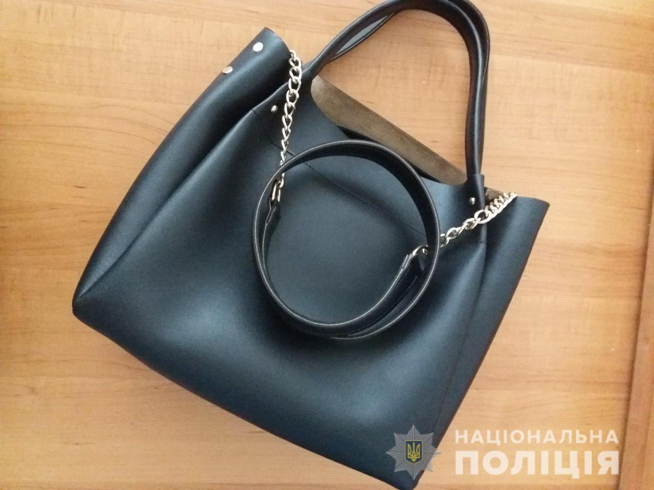 У Рахові чоловік викрав сумку з магазину