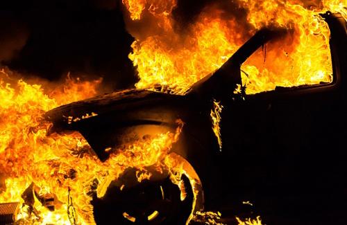 Цієї ночі в Ужгороді згорів вщент Lexus RX 350