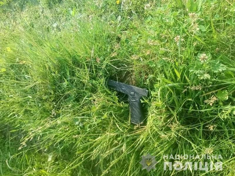 У Перечинському районі жінка знайшла на дорозі пістолет, який належав 24-річному чоловіку
