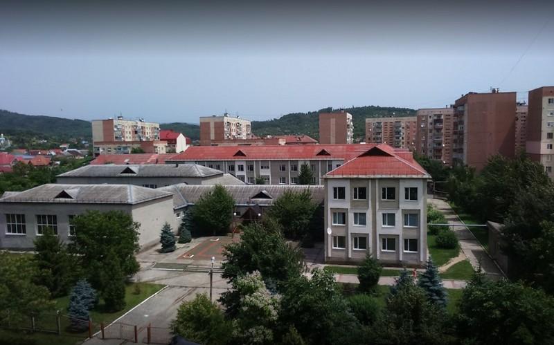 У Мукачеві на території школи №13 у мікрорайоні Росвигово знайшли труп