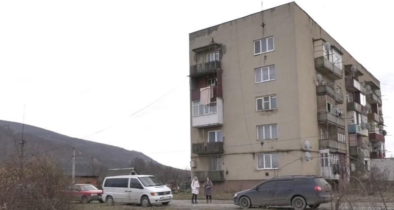 Затоплений підвал, бруд та сморід, — в багатоповерхівці Мукачева повна антисанітарія