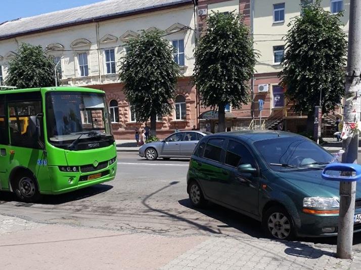 У Мукачеві штрафують водіїв за неправильне паркування машини