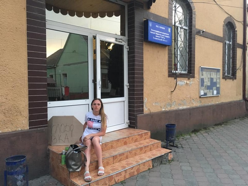На Виноградівщині жінка оголосила голодування, через те, що екс-чоловік забрав у неї дитину, — соцмережі