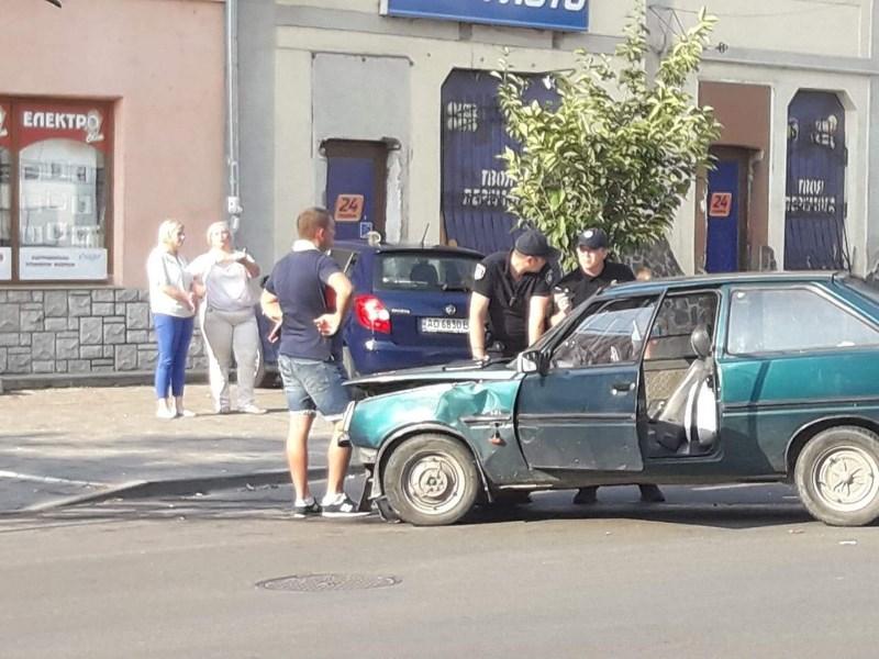 Авто відкинуло на тротуар: в обласному центрі Закарпаття сталася аварія за участі Таврії та Шкоди