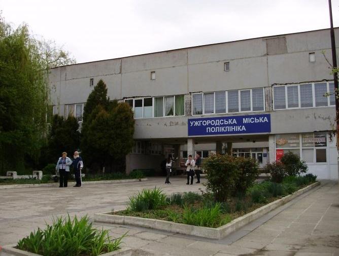 Повідомлення про замінування: у всіх медзакладах Ужгорода шукають вибухівку