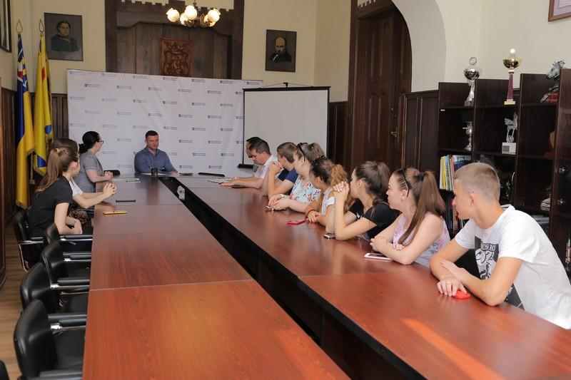 Школярі Мукачева стажуватимуться в міськраді протягом літа