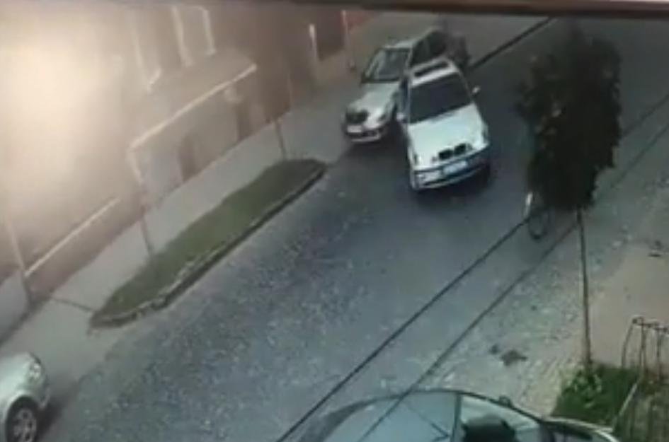 В'їхала в авто і втекла: камери зафіксували аварію в центрі Мукачева на вулиці Духновича