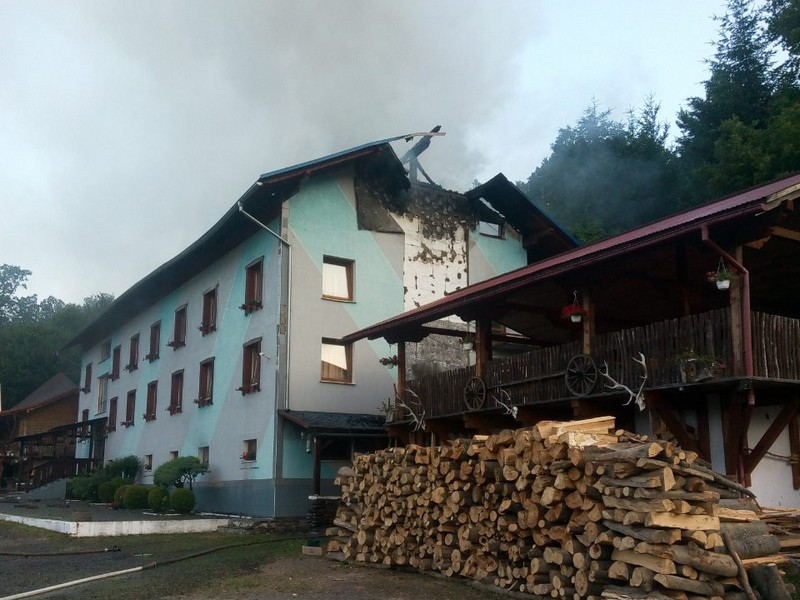 На Великоберезнянщині у селі Кострино триває ліквідація пожежі у готельному комплексі Club Visson
