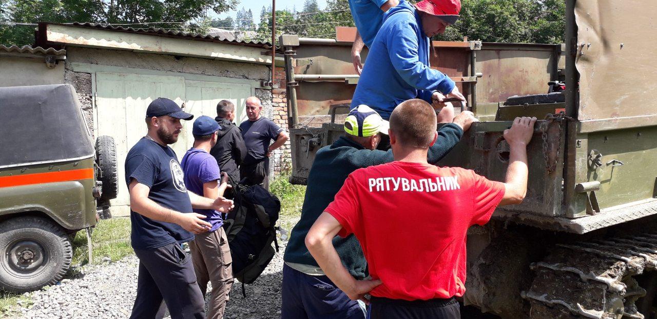 Гірські рятувальники Закарпаття допомагали травмованому в Карпатах туристу