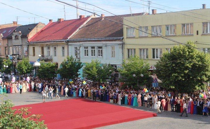 Пряма трансляція параду випускників у Мукачеві