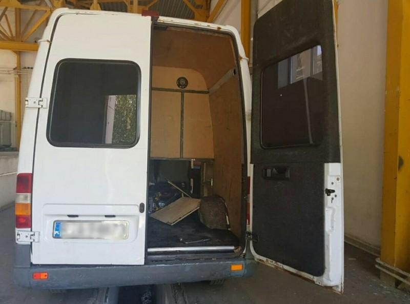 На КПП Тиса прикордонники виявили у мікроавтобусі румуна сховок із сигаретами